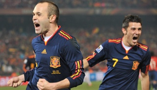 Spain down Chile to secure top spot as both progress to last 16